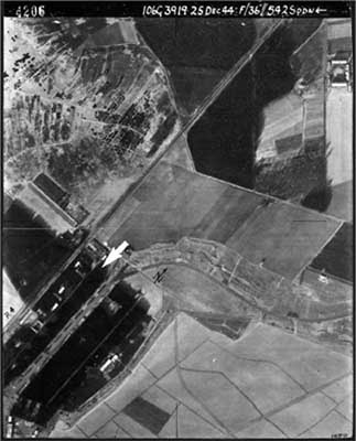 Luftbild des Militärflughafens Kaltenkirchen  Foto:  Royal Air Force 25. 12. 1944, Archiv: The National Archives –Public Record Office / Air Photo Library, University Keele.